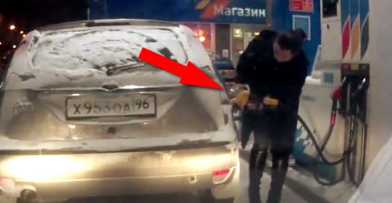 Mulher russa isqueiro posto gasolina - Capa