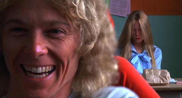 Tommy Ross (William Katt) au premier plan, et Carrie (Sissy Spacek) prostrée au fond de la classe dans le film de de Palma (1976)