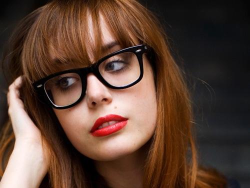 8831bd0a4 Conhecido como óculos geek e com armações mais pesadas e geralmente pretas,  eles se tornaram acessórios indispensáveis nas produções de qualquer um que  quer ...