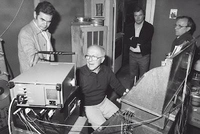 Oskar Sala en el estudio de Mars-Film en 1981 junto a los profesores de la Fachhochschule der Deutschen Bundepost Berlin