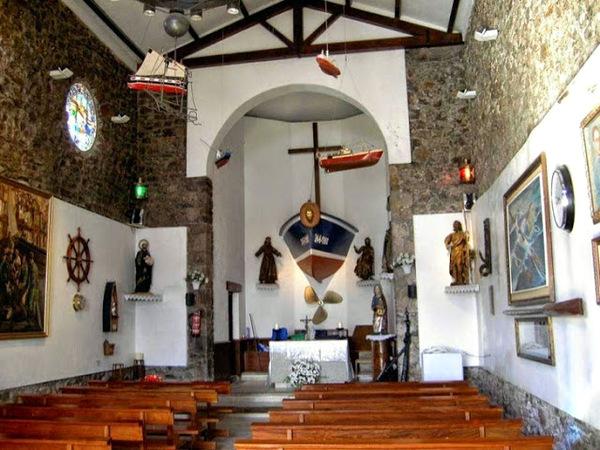Interior de la Ermita de San Juan de Gaztelugatxe (Bermeo, País Vasco)