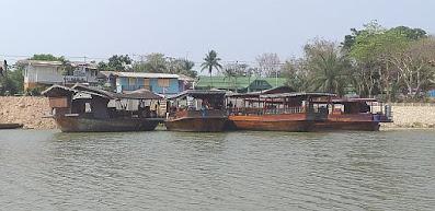 Ausflugsschiffe am Sakae Krang River