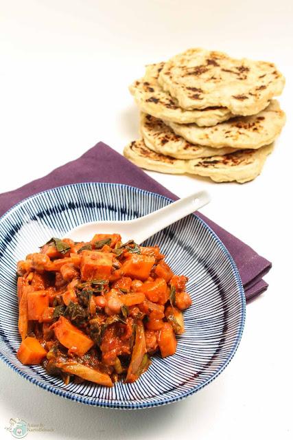 Kartoffel-Kichererbsencurry mit selbstgemachtem Naan