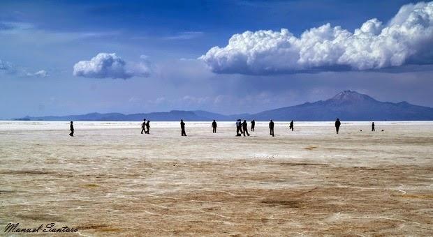 Salar de Uyuni, partita a calcio nei pressi dell'Isla Incahuasi