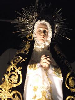"""Evangelio según San Lucas 1,39-56.  María partió y fue sin demora a un pueblo de la montaña de Judá.  Entró en la casa de Zacarías y saludó a Isabel.  Apenas esta oyó el saludo de María, el niño saltó de alegría en su seno, e Isabel, llena del Espíritu Santo,  exclamó: """"¡Tú eres bendita entre todas las mujeres y bendito es el fruto de tu vientre!  ¿Quién soy yo, para que la madre de mi Señor venga a visitarme?  Apenas oí tu saludo, el niño saltó de alegría en mi seno.  Feliz de ti por haber creído que se cumplirá lo que te fue anunciado de parte del Señor"""".  María dijo entonces: """"Mi alma canta la grandeza del Señor,  y mi espíritu se estremece de gozo en Dios, mi Salvador,  porque el miró con bondad la pequeñez de tu servidora.  En adelante todas las generaciones me llamarán feliz"""".  Porque el Todopoderoso ha hecho en mí grandes cosas:  ¡su Nombre es santo!  Su misericordia se extiende de generación en generación  sobre aquellos que lo temen.  Desplegó la fuerza de su brazo, dispersó a los soberbios de corazón.  Derribó a los poderosos de su trono y elevó a los humildes.  Colmó de bienes a los hambrientos  y despidió a los ricos con las manos vacías.  Socorrió a Israel, su servidor,  acordándose de su misericordia,  como lo había prometido a nuestros padres,  en favor de Abraham y de su descendencia para siempre"""".  María permaneció con Isabel unos tres meses y luego regresó a su casa."""