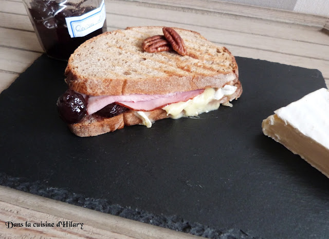 Croque rustique au brie, jambon, cerises et noix de pécan