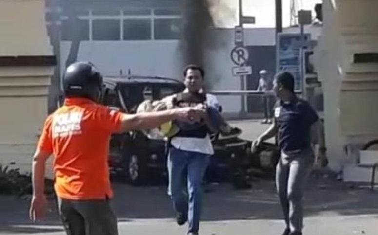 Bom Polrestabes Surabaya, Polisi Gendong Bocah Perempuan-dari-tkp