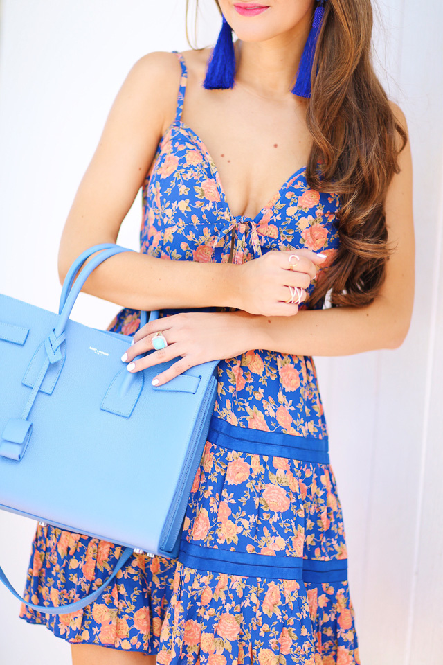love this dress with the blue handbag!
