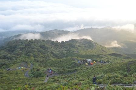 Pemandangan indah di Puncak Gunung Kaba
