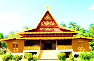 Rumah adat di daerah Riau bernama Selaso Jatuh Kembar. Rumah ini terdiri dari ruangan besar untuk tempat tidur, ruangan bersila, anjungan dan dapur. Rumah adat ini dilengkapi pula dengan Balai Adat yang dipergunakan untuk pertemuan dan musyawarah adat.