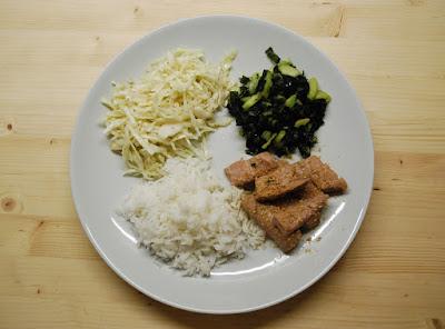 Thon snacké, chou à la japonaise, concombre au wakamé et riz