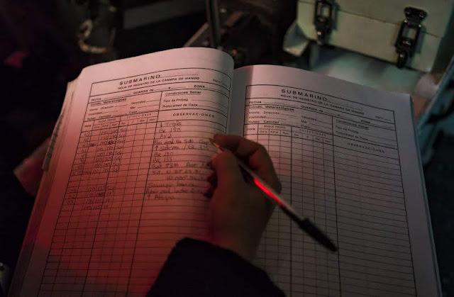 Un oficial realiza anotaciones en el cuaderno de bitácora. CARMEN SECANELLA
