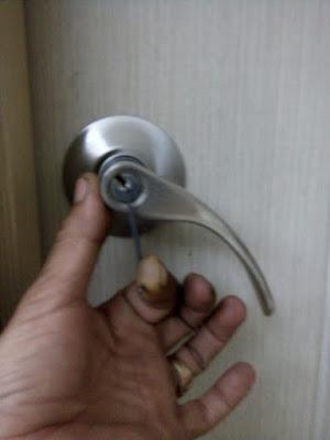 thợ chuyên sửa khóa tay gạt tay bẻ