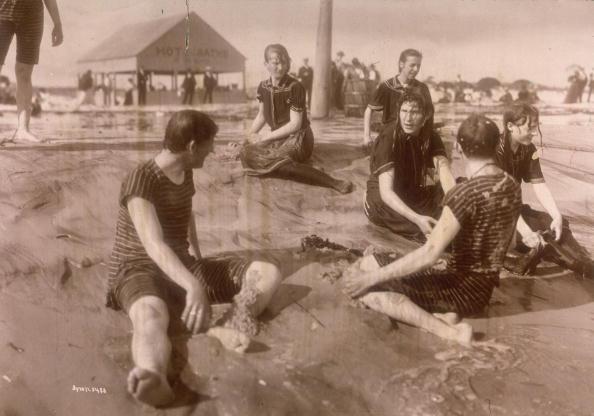 Hommes et femmes à la plage, 1898