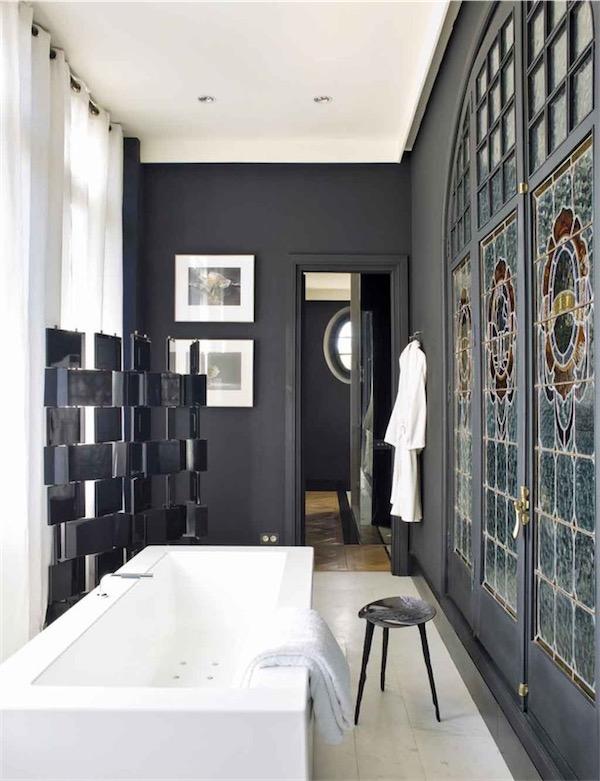 baño pintado de negro con vidriera modernista restaurada chicanddeco