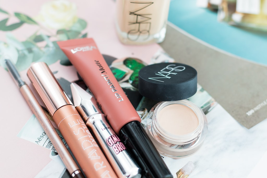 Zehn Produkte ein Look mit Charlotte Tilbury, Chanel, Kat Von D., L'Oreal, Benefit, Jane Iredale und Nars
