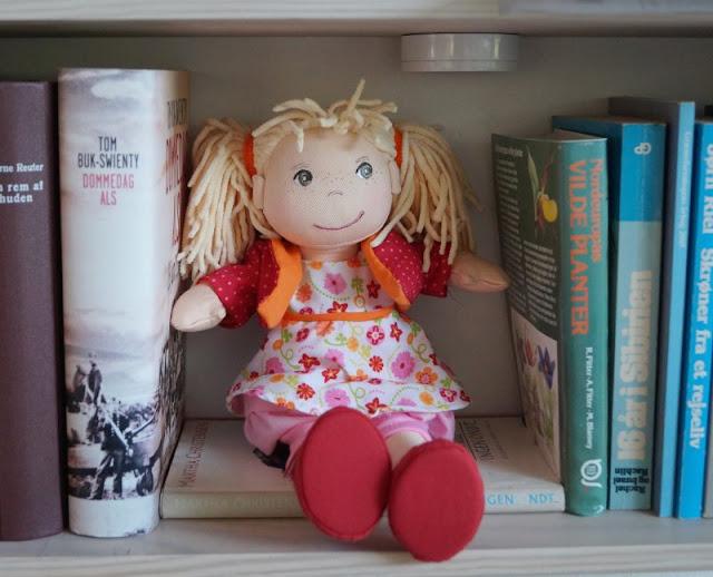 Puppen sind unglaublich wichtig für Kinder, als Freunde und Begleiter der Kindheit. Ich stelle Euch die wunderschön gestalteten und kuschelweichen Puppen Milla und Matze von HABA vor, die gerade bei uns eingezogen sind. Hier: Mädchenpuppe Milla mit blonden Zöpfen.