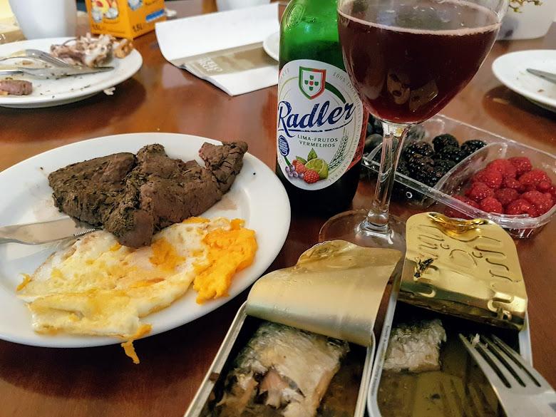 晚餐-牛排、不同牌子的沙丁魚罐頭、莓果組合以及水果酒