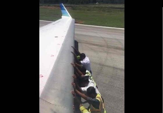 Video Pesawat Garuda Didorong Yang Viral di Medsos
