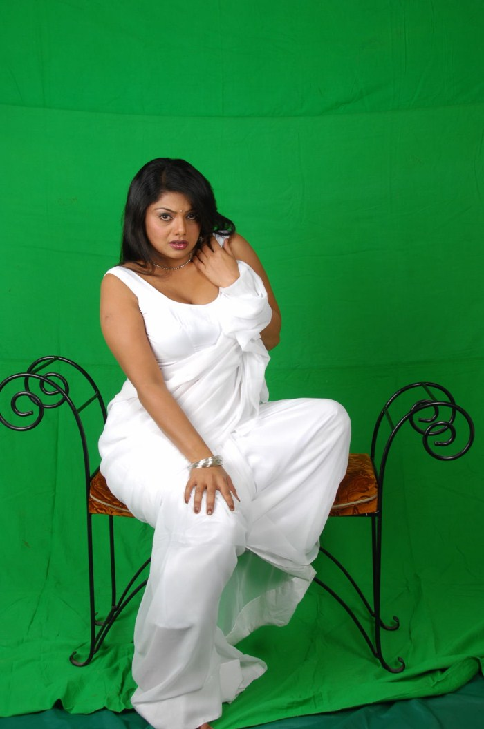 SWATHI VERMA LATEST HOT PHOTOSHOOT IN WHITE SAREE