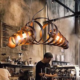 lámpara con bidones de vino