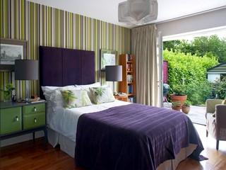 Frischen-schlafzimmer-wandgestaltung-streifen-in-grün-mit-lila-Akzent