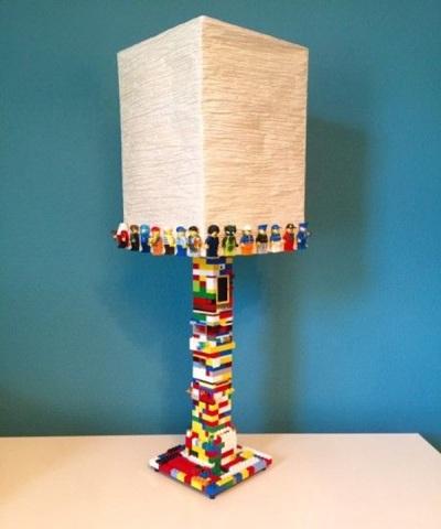 19. Lampu meja dihias minifigure lego