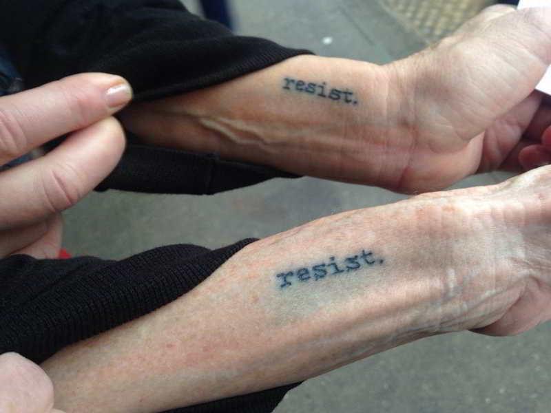 tatuaje que dice Resistir