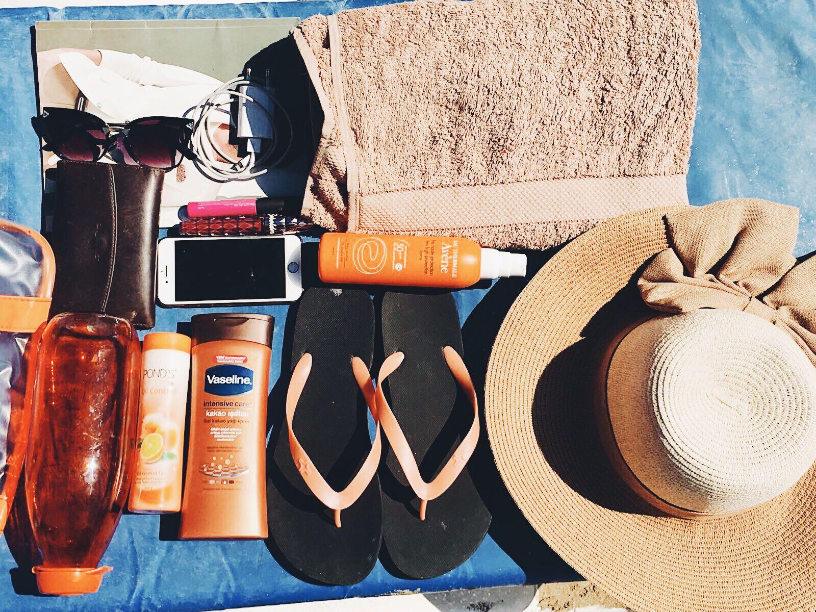 What's In My Beach Bag    Summer Beach Essentials