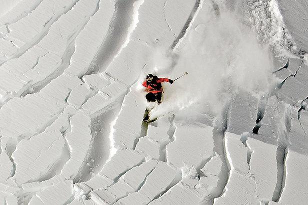 Monoskieur dans avalanche de plaques