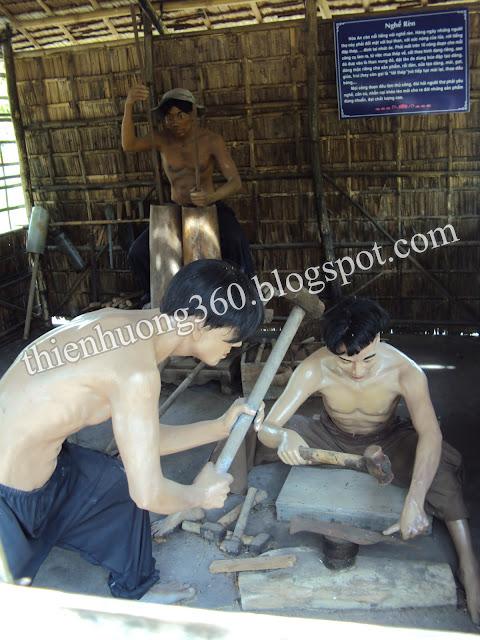 Lăng cụ Phó bảng Nguyễn Sinh Sắc: Hình ảnh thợ rèn đang dập thép