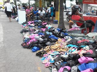 Vendedores convierten en caos entorno estación Mamá Tingó