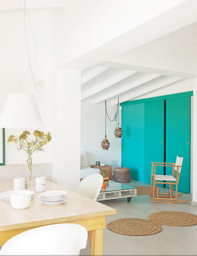 Puertas azul verdoso decorando una casa de vacaciones