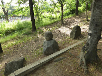 鶴見新山 南側の階段 人面岩
