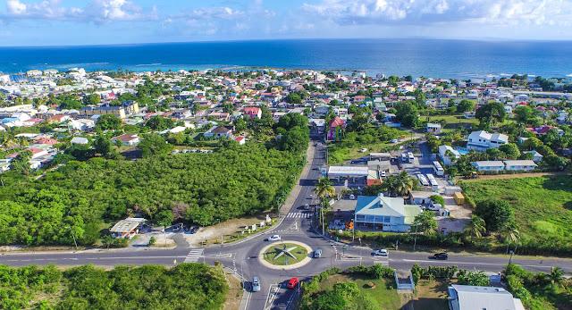 Vue aérienne de la ville de saint François en Guadeloupe.