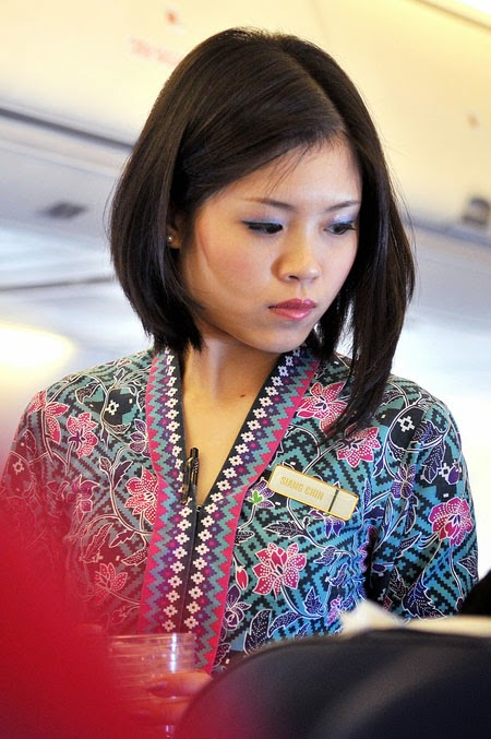 In order to receive the safety certificate, airline companies need to ensure that the uniforms worn by the flight crew enable them to carry out safety procedures.