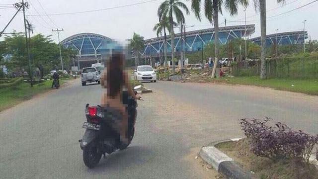 Gak Ada Malunya! Wanita Ini Nekat Naik Motor Tanpa Busana di Areal Bandara Supadio Pontianak