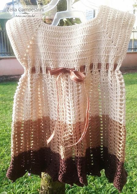 Vestido de crochê, em três tons de marrom formando um degradê.