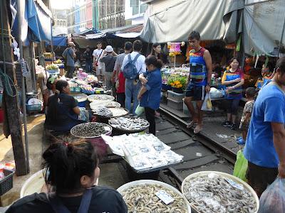 Mercado del tren, Mae Klong, Tailandia, La vuelta al mundo de Asun y Ricardo, vuelta al mundo, round the world, mundoporlibre.com