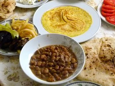 Ägyptisches Sohour im Ramadan mit Fuul Foul und Omelette