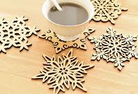 Bir kahve fincanı altındaki ve çevresindeki kar tanesi görünümlü ahşap nihaleler