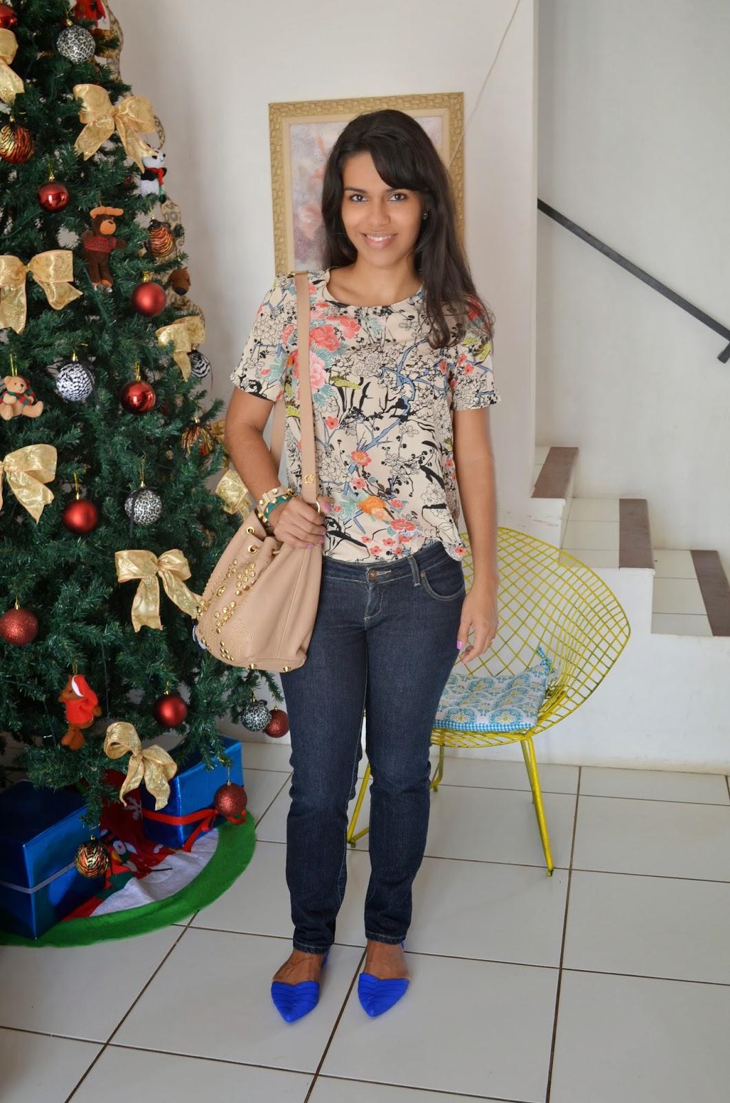 c1f46b33d O primeiro,tem blusa floral oriental, calça jeans, sapatilha e bolsa saco.