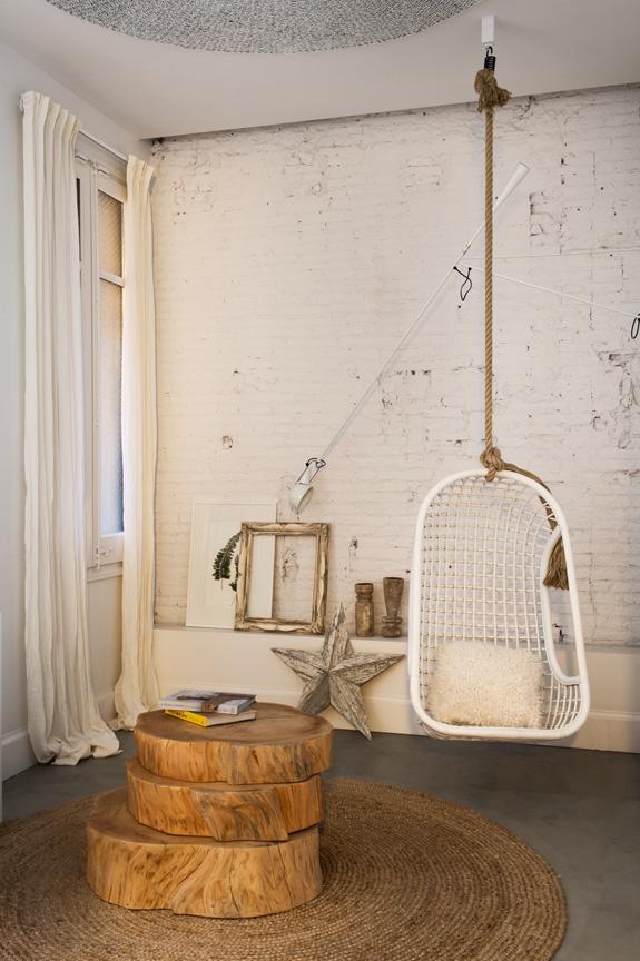 estilo nordico decoracion nordica industrial silla balancin columpio estrella madera pared ladrillo visto interiorismo barcelona alquimia deco blanco vintage