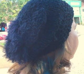 gorro de lã preto na cabeça de uma mulher