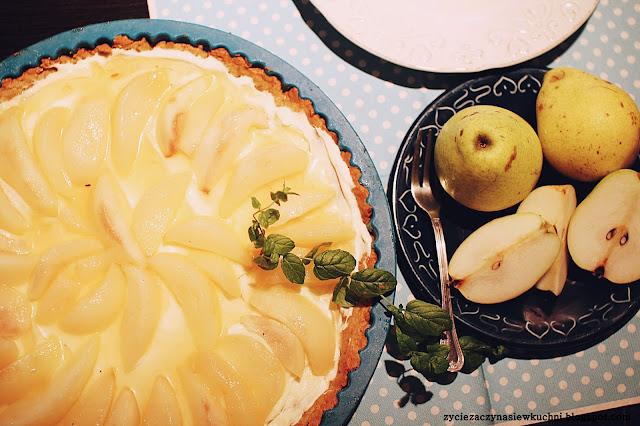 Tarta na gryczanym spodzie z karmelizowaną gruszką