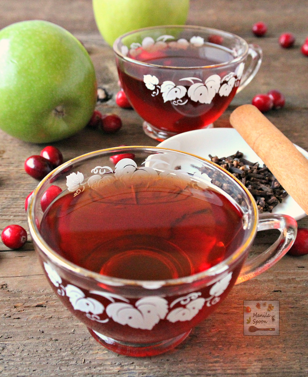 A deliciously spiced fruity cider with a mix of apple and cranberry juices and made in the slow cooker for ease and convenience. Family friendly and party-perfect! | manilaspoon.com