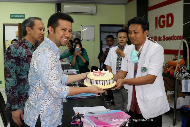 Peringati Hari Dokter Nasional ke 68 Bupati Trenggalek Berikan Kejutan kepada Dokter Jaga IGD dr. Soedomo
