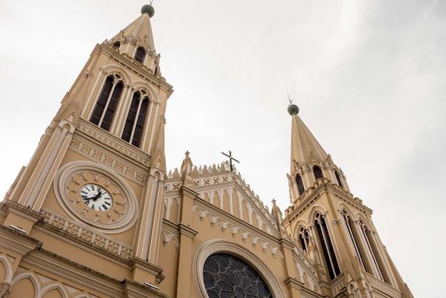 A Catedral de Curitiba - detalhe das torres