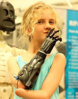 Niña con brazo cibernético