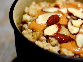 Cara Turunkan Kolesterol Tinggi Dengan Menu Sarapan Oatmeal dan Almond